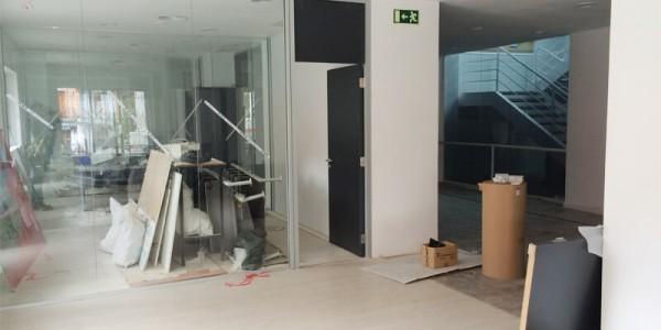 Instalación de cristales en las oficinas del ayuntamiento