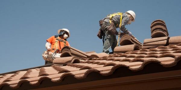 Instalación de tejas en tejado de edificio